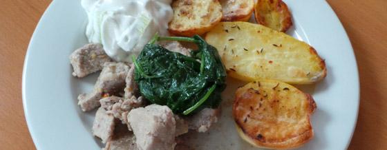 Mäso so zemiakmi, špenátom a dresingom