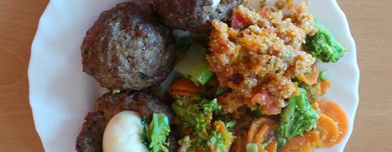 Mleté mäsové guľky plnené vajíčkom so zeleninovou prílohou
