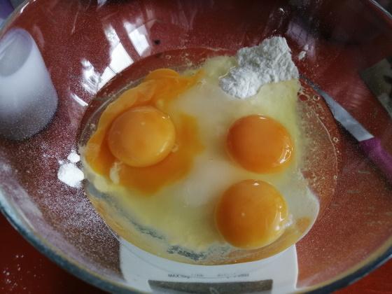 Do misy pridáme 80 g polohrubej múky, 50 g krupicového cukru, 300 ml plnotučného mlieka a 4 vajcia
