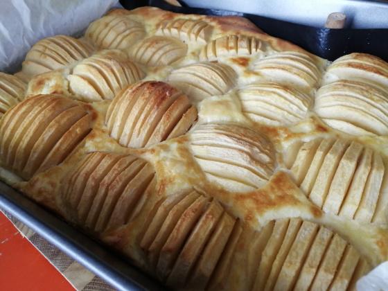 Pečieme vo vpred predohriatej rúre na 200°C 40-50 minút, kým koláč nezhnedne