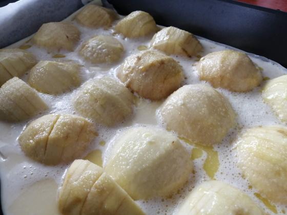 Následne jablká potrieme roztopeným maslom a posypeme cukrom