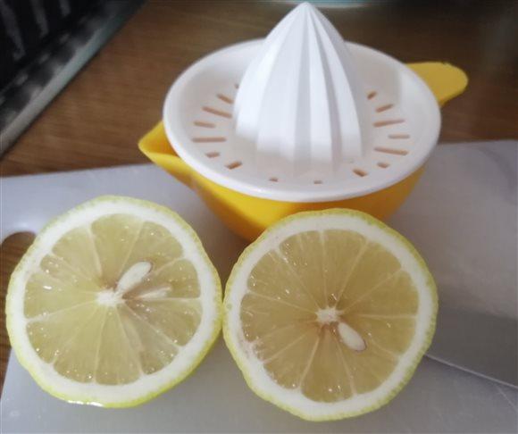 Hubová polievka nakyslo - pridáme šťavu z vytlačeného citróna