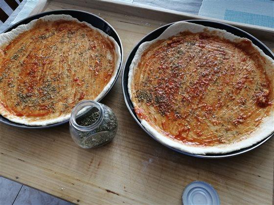 Cesto na pizzu - paradajkový základ, cesnak a oregano