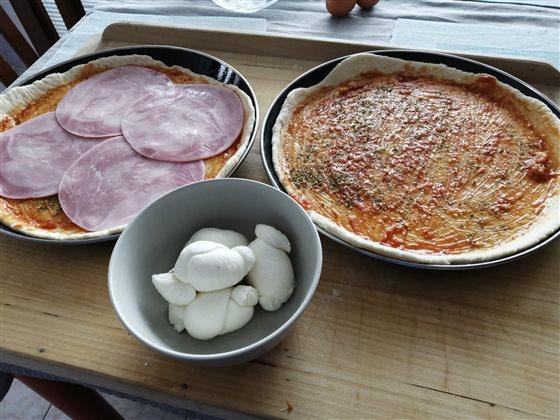 Šunková pizza s mozzarellou a kukuricou