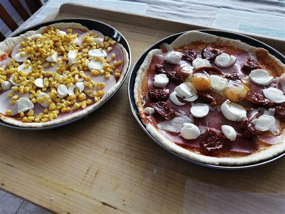 Pizza - dalmatínsky pršut, sušené paradajky v oleji, mozzarella a chilli